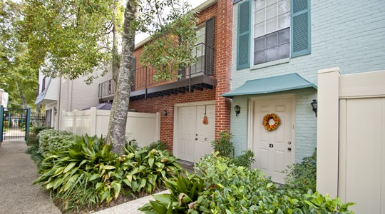 Canterbury Square apartments in Metairie, LA features large patios, beautiful New Orleans style courtyards, two swimming pools and a playground area.